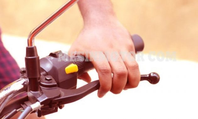 mengendarai-motor-kopling