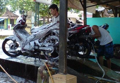 Perawatan Dengan Rutin Mencuci Motor